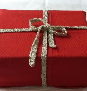 Come confezionare regali di Natale, cucendoli a mano